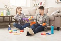 Couples nettoyant à la maison ensemble Image stock