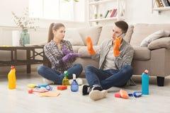 Couples nettoyant à la maison ensemble Images stock