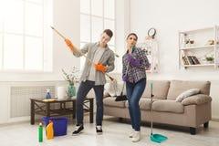 Couples nettoyant à la maison ensemble Image libre de droits