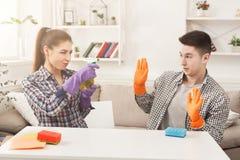 Couples nettoyant à la maison ensemble Photographie stock