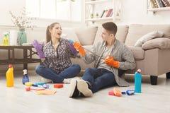 Couples nettoyant à la maison ensemble Photographie stock libre de droits