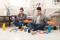 Couples nettoyant à la maison ensemble Photo libre de droits