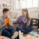 Couples nettoyant à la maison ensemble Images libres de droits