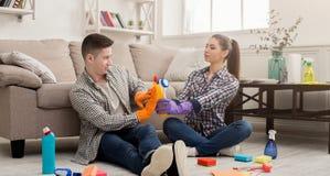 Couples nettoyant à la maison ensemble Photo stock