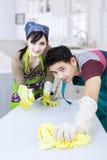 Couples nettoyant la nouvelle maison Photographie stock libre de droits
