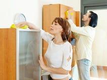 Couples nettoyant le furiture en bois Photos libres de droits