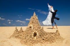 couples Neuf-mariés appréciant o la plage Photos stock
