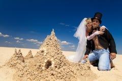 couples Neuf-mariés appréciant sur la plage Images libres de droits