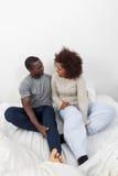 Couples noirs dans l'amour dans le lit Image libre de droits