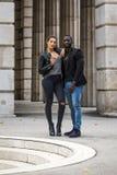 Couples noirs et blancs élégants sur la rue Image libre de droits