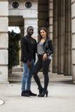 Couples noirs et blancs élégants sur la rue Photographie stock