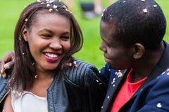 Couples noirs, femme et homme, souriant à l'un l'autre, Images libres de droits