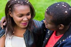 Couples noirs, femme et homme, souriant à l'un l'autre, Images stock