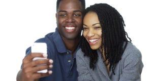 Couples noirs heureux prenant le selfie ensemble et rire Photos libres de droits