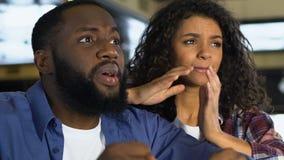 Couples noirs s'inquiétant de la compétition sportive, jeu de observation dans le bar, loisirs banque de vidéos