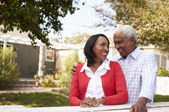 Couples noirs supérieurs debout en dehors de leur nouvelle maison images stock