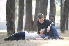 Couples nouvellement engagés photo stock