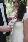 Couples nuptiales élégants dans l'amour dans la forêt Photographie stock libre de droits
