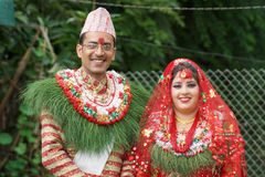 Couples nuptiales de sourire de Nepali Photos stock