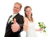Couples nuptiales devant le fond blanc avec le pouce  Photos stock