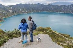 Couples observant la vue au lac Quilotoa Photographie stock