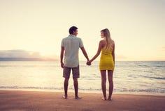 Couples observant le coucher du soleil images stock