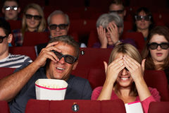 Couples observant le film 3D dans le cinéma Photos stock