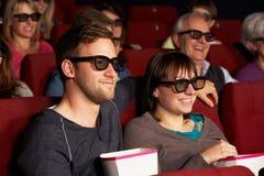 Couples observant le film 3D dans le cinéma Photo libre de droits