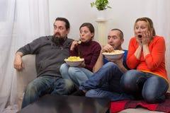 Couples observant un film d'horreur Image stock