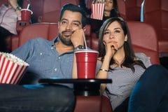 Couples observant un film ennuyeux photo stock