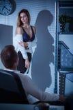 Couples obtenant intimes dans le bureau Image libre de droits
