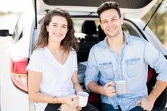 Couples obtenant régénérés sur la promenade en voiture Photographie stock libre de droits