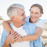 Couples occasionnels ayant l'amusement par la mer Photographie stock