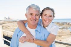 Couples occasionnels ayant l'amusement par la mer Images stock