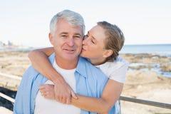 Couples occasionnels ayant l'amusement par la mer Image stock