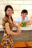 Couples occasionnels dans un pub Photos libres de droits