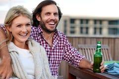 Couples occasionnels heureux de bière photos libres de droits