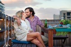 Couples occasionnels heureux de bière image stock