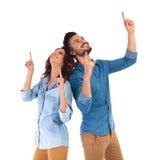 Couples occasionnels heureux se dirigeant  Image libre de droits