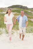 Couples occasionnels marchant tenant des mains image stock
