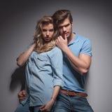 Couples occasionnels sensuels dans une pose provocatrice Photographie stock