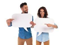 Couples occasionnels tenant des bulles de la parole se dirigeant entre eux Images libres de droits