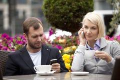 Couples occupés Photos libres de droits