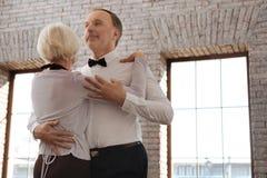 Couples optimistes de danse de vieillissement appréciant la valse dans le studio de danse Photos libres de droits
