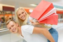 Couples optimistes faisant des achats Photos stock