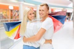 Couples optimistes faisant des achats Images libres de droits