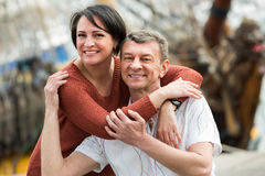 Couples ordinaires dans l'amour posant dehors Photo libre de droits