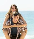 Couples ordinaires sur la plage sablonneuse Images stock