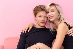 Couples ou amants de charme de portrait Jeune type beau attirant dans l'amour avec la femme magnifique L'ami et l'amie se sentent photographie stock libre de droits