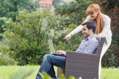 Couples ou amis à l'aide de l'ordinateur portable Image stock